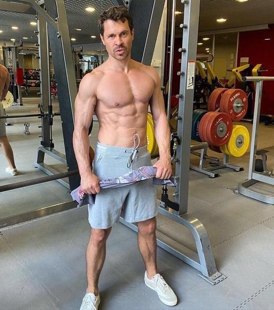 44-летний актёр Павел Деревянко поразил своих поклонников невероятно спортивной фигурой Многие фанатки актера заявили о своём желании, чтобы все мужчины так пристально следили за своим внешними