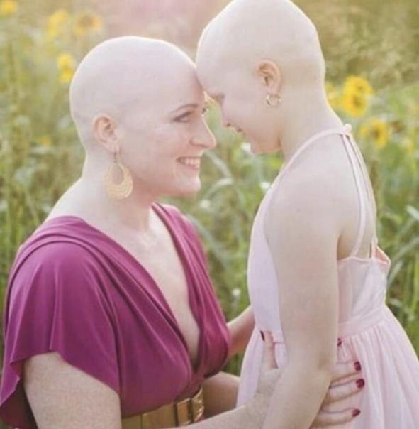 Женщина решила поддержать свою онкобольную дочь и подстригла свои волосы.