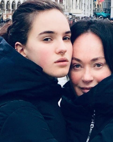 20-летняя дочь Гузеевой сбрила брови и снялась голой в ванной, жалуясь на одиночество 20-летняя Ольга Бухарова снова представила на суд подписчиков провокационные кадры. Она выложила в