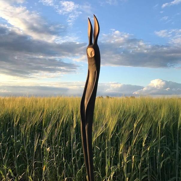 Тач Поллард (Tach Pollard) - британский скульптор и резчик по дереву из Оксфорда. Вдохновляясь европейским фольклором, он превращает разнообразные коряки в фантастических существ. Основой работ