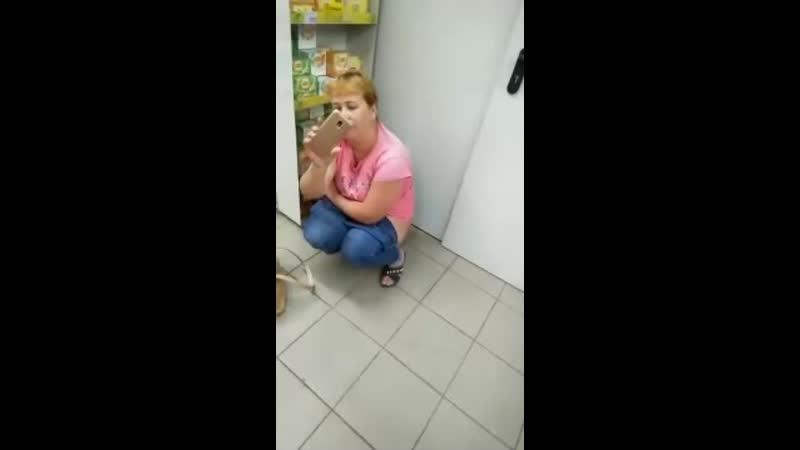 smotret-video-devushka-terpit-v-tualet
