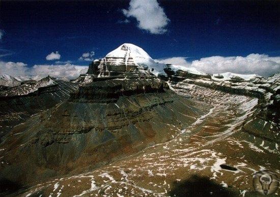 Гора Кайлас в Китае древний космический центр Вселенной В Трансгималаях (так называется южная часть Тибетского нагорья) расположилась удивительно красивая гора. В переводе с тибетского Кайлас