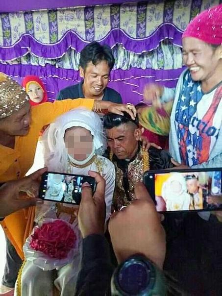В Сети разлетелись фото с шокирующей свадебной церемонии, которая прошла в Филиппинах 13-летнюю девочку выдали замуж за 48-летнего фермера Абдулрзака Ампатуана, для которого она стала пятой