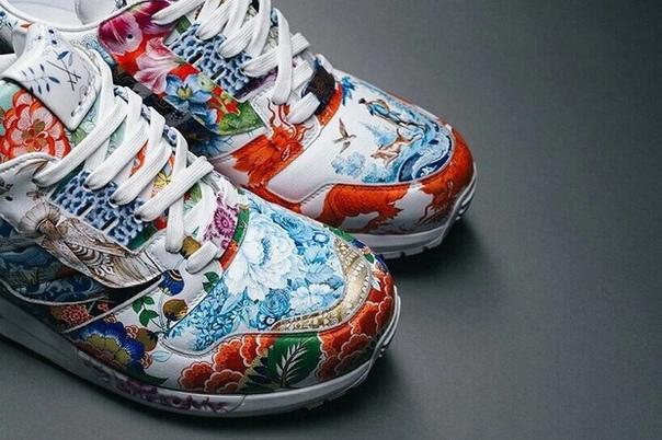 Компании Adidas и Meissen представили кроссовки ZX8000 Porcelain, дизайн которых вдохновлен красочными орнаментами на фарфоровых вазах.Яркие арабески с цветочными деталями на ZX8000 Porcelain