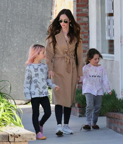 Актриса Меган Фокс абсолютно не стесняется появляться на публике с сыновьями, которые одеты в женские платья Многие поклонники актрисы считают, что она таким образом предоставляет им возможность