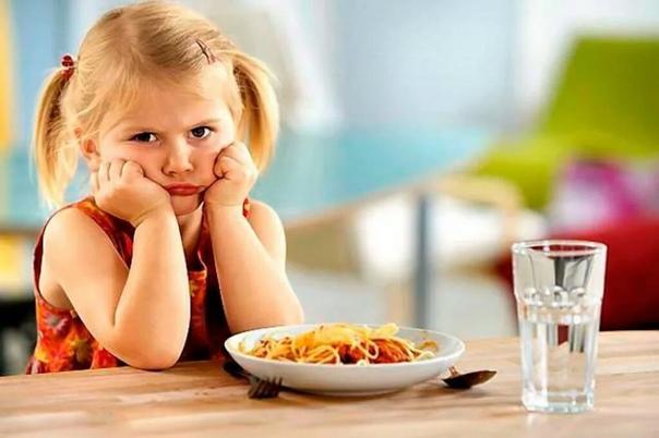 Дети боятся деликатесов Сыр с плесенью сначала нюхают, потом тычут пальцем, будто дохлую лягушку. Это не капризы, а консерватизм. Ляля с детства любит рис и огурцы, Маша хранит верность колбасе