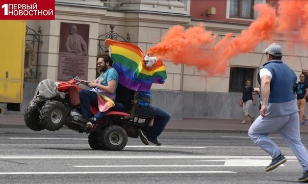 В Москве избили геев Небольшая кучка геев попыталась провести несанкционированный парад с музыкой, флагами и поцелуями. Но только они развернули свои плакаты и атрибутику, тут же на них напали