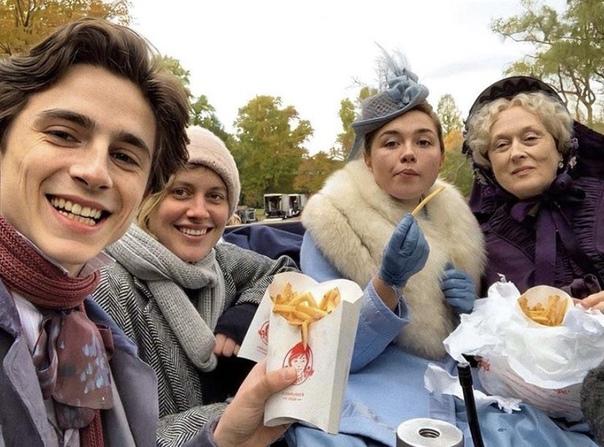 Тимоти Шаламе, Флоренс Пью, Мэрил Стрип и Грета Гервиг обедают на сьемках «Маленьких женщин», 2019 год