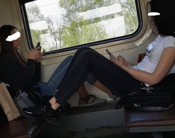 Парень опубликовал фотографии девушек, которые не очень культурно сидели в общественном транспорте и заявил о своём разочаровании в некоторых представителей современной